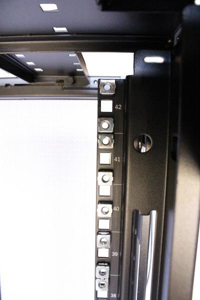 APC 42U - model AR3100 - NO side panels